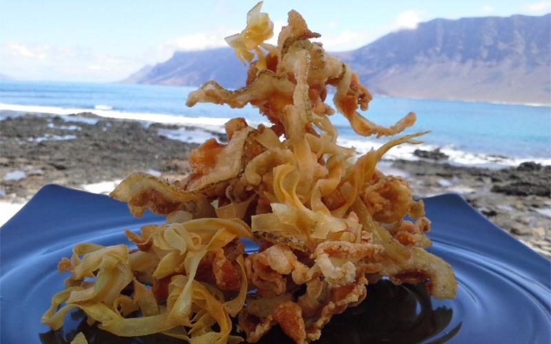 Crujiente de morena con chips de batata