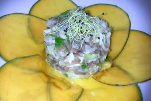 Tartare de sardina ahumada, cebolleta de Lanzarote y manga.
